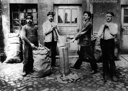 Eine besonders hohe Arbeitslosigkeit herrschte in Hannover unter den Holzarbeitern. Hier eine Gruppe Holzhacker aus Hamburg um 1910. Rechteinhaber nicht ermittelbar.