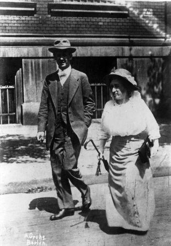 Bildausschnitt: Rosa Luxemburg mit ihrem Anwalt und Vertrauten Paul Levi auf dem Weg zum Prozess. Fotograf: Alfred Grohs, Berlin. Rechteinhaber nicht ermittelbar.