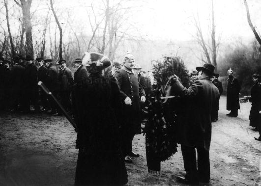 Kranzniederlegung im Andenken an die ›Märzgefallenen‹ auf dem Friedhof Berlin-Friedrichshain um 1910. Die Polizei zensiert Kranzschleifen. Rechteinhaber nicht ermittelbar.