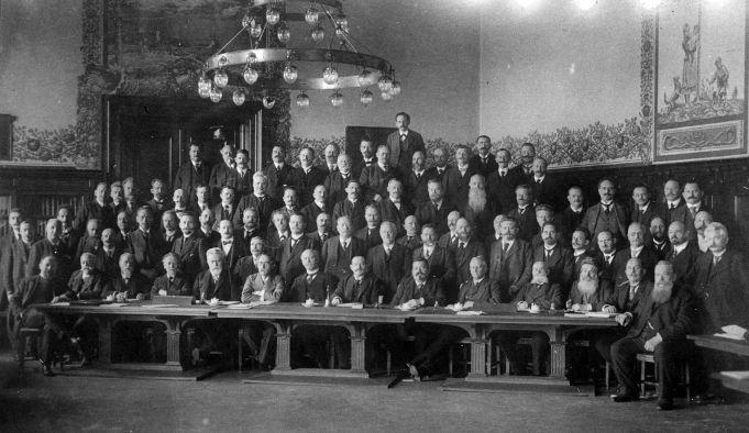 Die SPD-Reichstagsfraktion im Jahr 1914. Seit den Wahlen von 1912 war sie die mitgliederstärkste Fraktion im Reichstag.