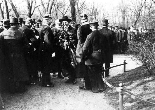 Polizisten überwachen die Kranzniederlegung für die Märzgefallenen auf dem Ehrenfriedhof Friedrichshain, um 1910. Rechteinhaber nicht ermittelbar.