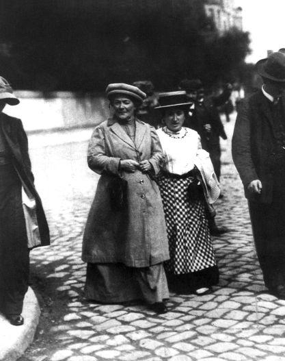 Clara Zetkin trat auch als Herausgeberin der Zeitschrift »Die Gleichheit« für die Gleichberechtigung der Frau und den Frieden ein – hier eine Aufnahme von 1911 mit Rosa Luxemburg. Rechteinhaber nicht ermittelbar.