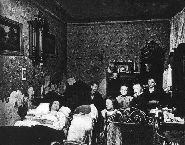 Leben auf kleinstem Raum: Berliner Wohnung einer kinderreichen Familie um 1912. Rechteinhaber nicht ermittelbar.