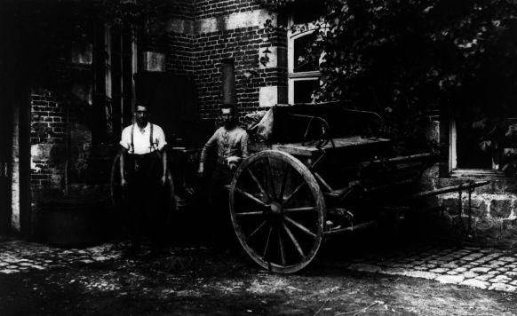 Zwei Männer mit Kutsche um 1914. Rechteinhaber nicht ermittelbar.