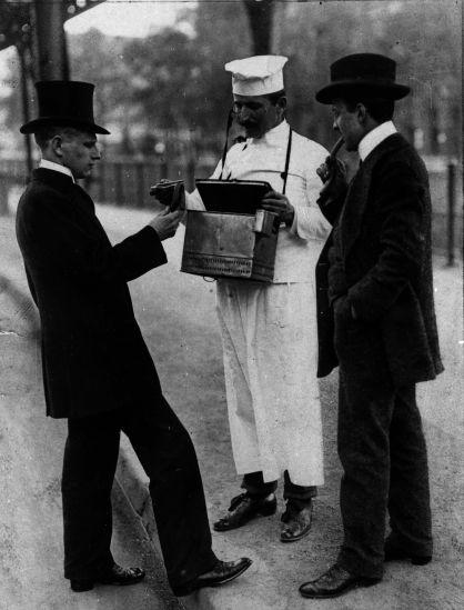 Wer in der Stadt keine Arbeit fand, musste nach Auswegen suchen: Würstchenverkäufer mit zwei Kunden zwischen 1910 und 1914 (Bildausschnitt). Quelle: Archiv der sozialen Demokratie der Friedrich-Ebert-Stiftung.