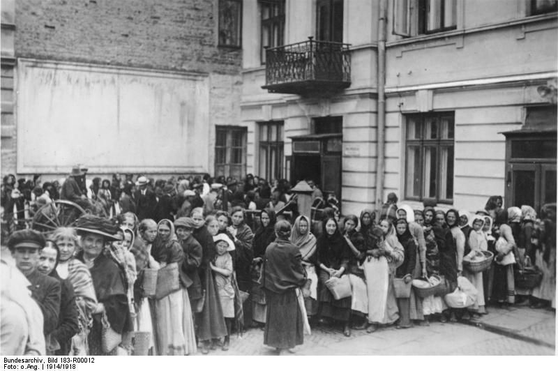Anstehen für Brot während des Ersten Weltkriegs – vor allem Frauen und Kinder warten in der langen Schlange. Quelle: Bundesarchiv, Bild 183-R00012 / CC-BY-SA.