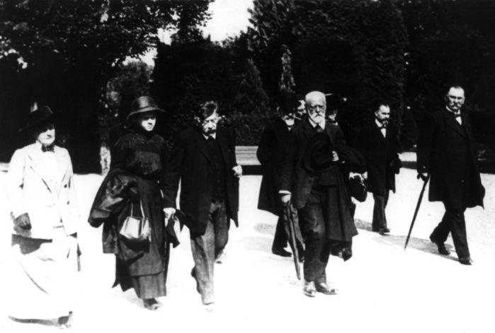 Auf der Beerdigung August Bebels 1913 in Zürich: Luise Kautsky, Emma und Victor Adler, Karl Kautsky und Johann Heinrich Wilhelm Dietz (vordere Reihe). Quelle: Archiv der sozialen Demokratie der Friedrich-Ebert-Stiftung, 6/FOTA007113.