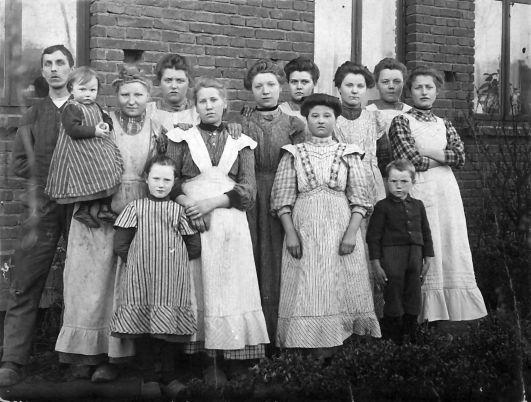 Fabrikarbeiterinnen mit Kindern. Noch mehr als zuvor mussten Frauen wegen des Kriegs in Industrie und im Dienstleistungssektor arbeiten. Quelle: Archiv der sozialen Demokratie der Friedrich-Ebert-Stiftung, 6/FOTB005049.