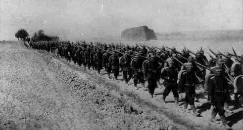 Marschierende Soldaten. Während immer mehr Männer in den Krieg ziehen, plant die Regierung neue Ausgaben. Quelle: Archiv der sozialen Demokratie der Friedrich-Ebert-Stiftung, 6/FOTB000774.